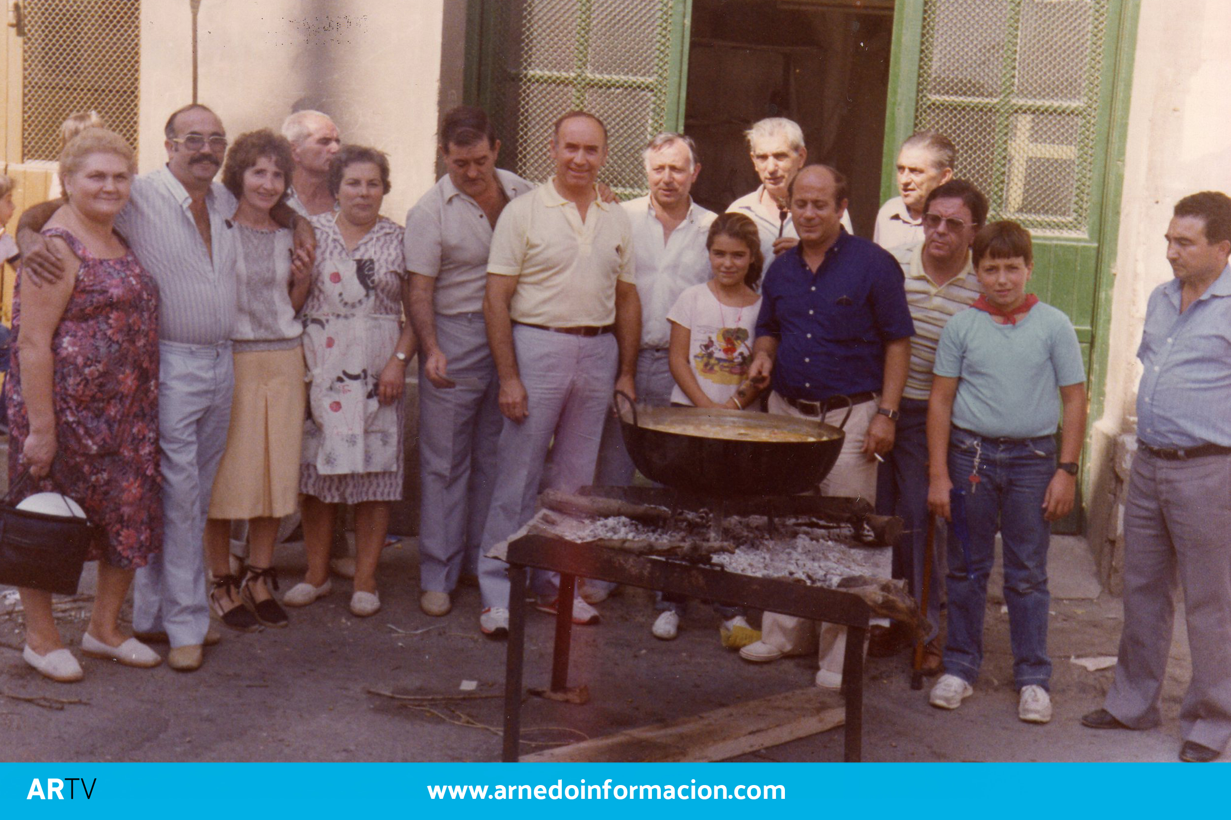 Cuadrilla de arnedanos almorzando en la calle, fiestas 19852